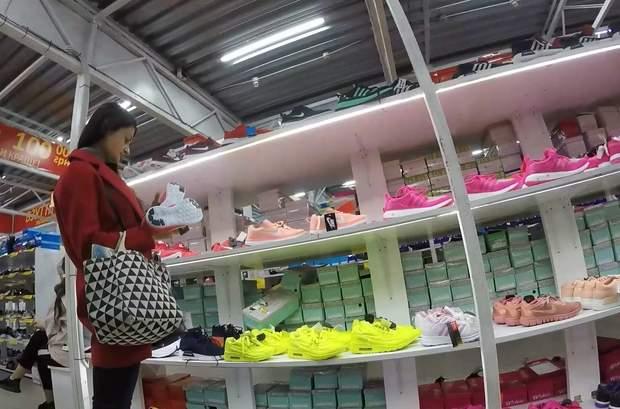 Журналістка 24 каналу провела розслідування, звідки на прилавки потрапляє дешеве взуття