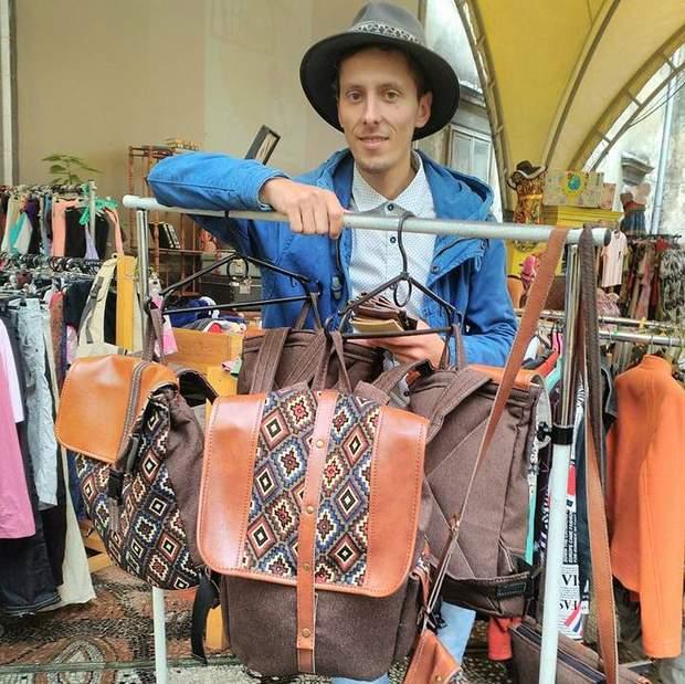 Сашко Горонді шиє рюкзаки