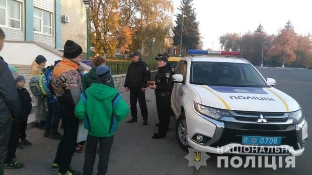 Поліцейські проводять запобіжні заходи серед дітей