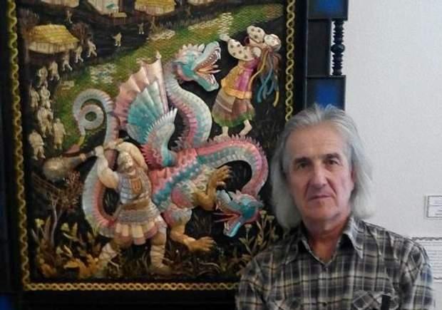 Микола Климович зі своєю картиною з соломи