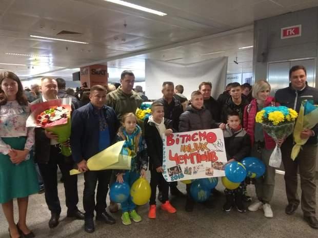 Рідні та близькі очікують спортсменів у аеропорту