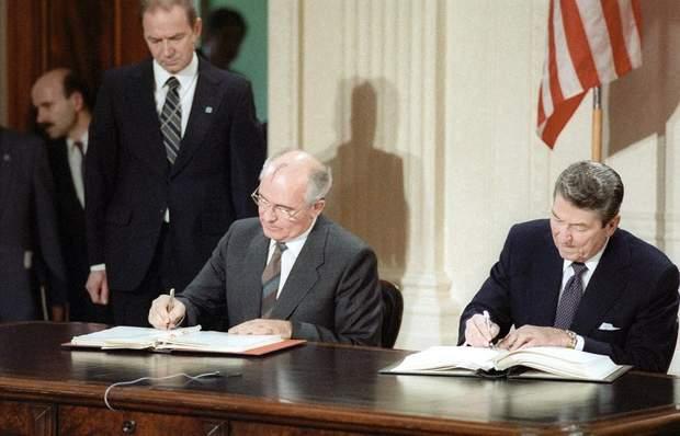 Рейган та Горбачов підписують Договір про ліквідацію РСМД