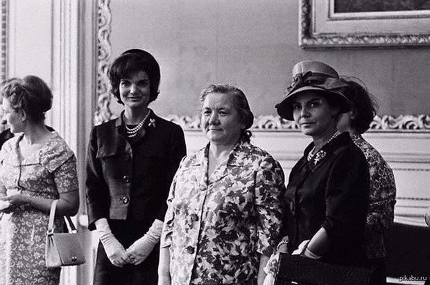 Жаклін Кеннеді (посередині ліворуч) та Ніна Хрущова (посередині праворуч)