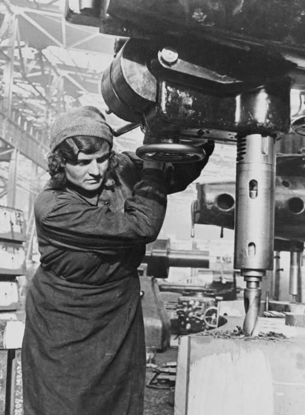 Жінки працювали за станками, як і чоловіки