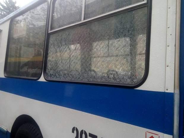Невідомі обстріляли тролейбуси