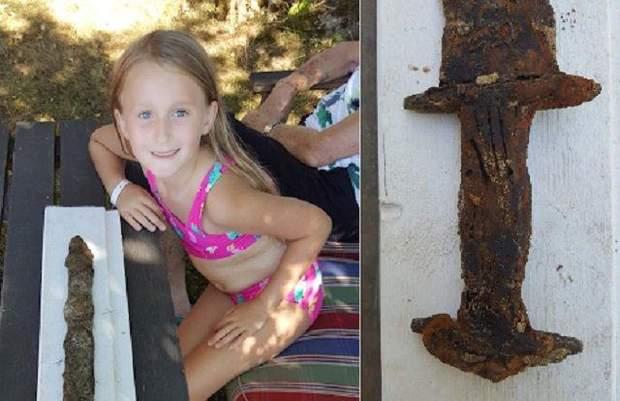 Девочка вытащила из воды на берег древний меч