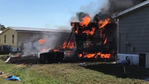 Вертоліт впав на житловий будинок, внаслідок чого виникла пожежа