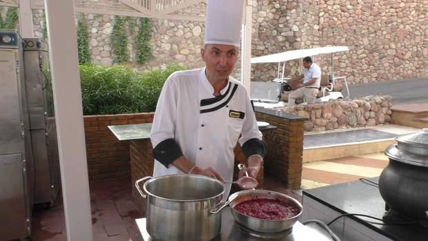 Денис Топчій готує борщ в єгипетському готелі