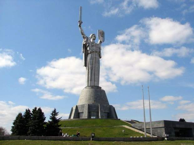 Статуя Батьківщина-мати в Києві