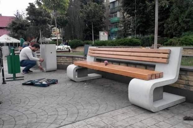 Київ парк Пушкіна лавки комунальники ЖЕК фарба