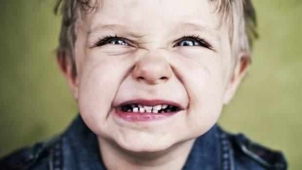 Що робити, коли дитина скреготить зубами