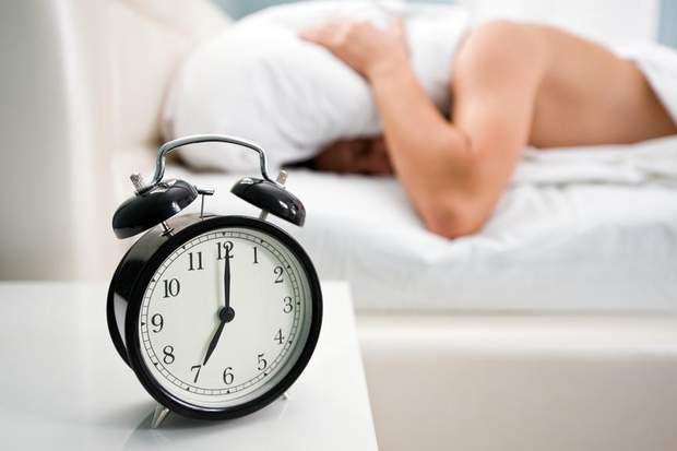 Чим небезпечний сон, який триває менше ніж 6 годин