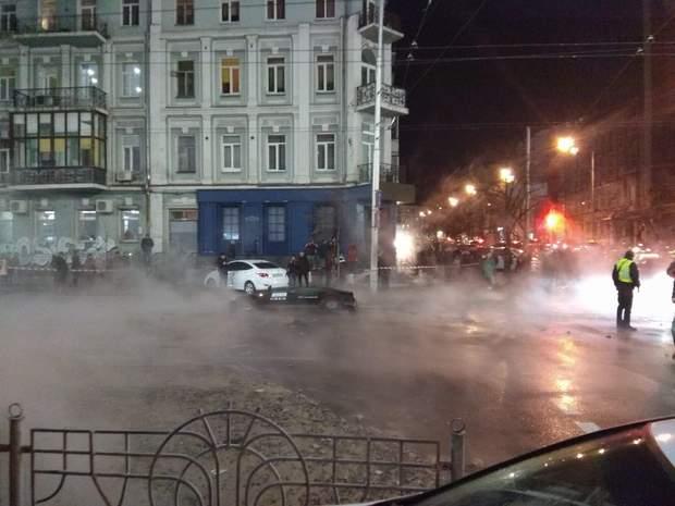Київ прорвало трубу заливає центр
