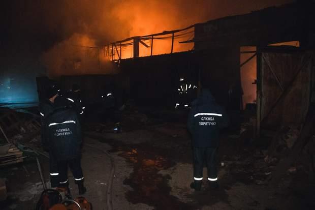 В Києві загорілися масляні склади