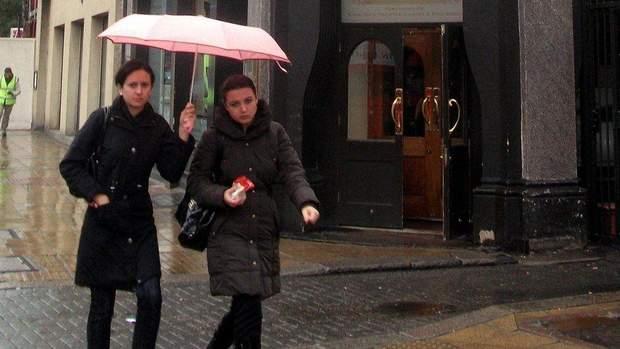 Попри те, що всі ми потребуємо соціальних зв'язків, ми часто відмовляємось від щирих виявів доброти, як-от запрошення під свою парасольку від незнайомої людини під час дощу