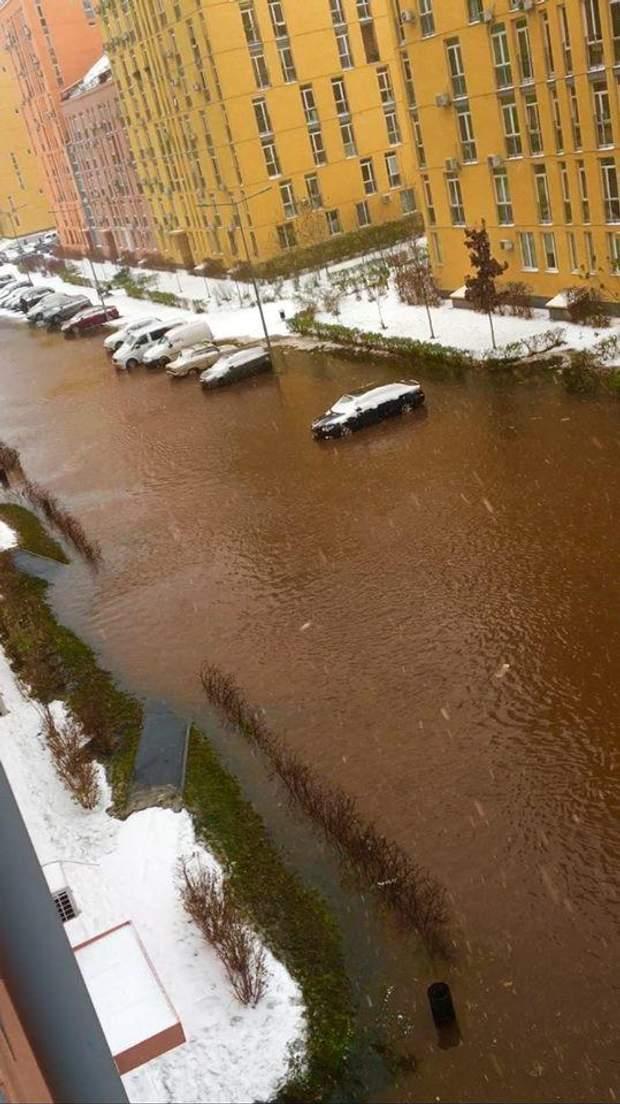Київ прорвало трубу Комфорт Таун аварія