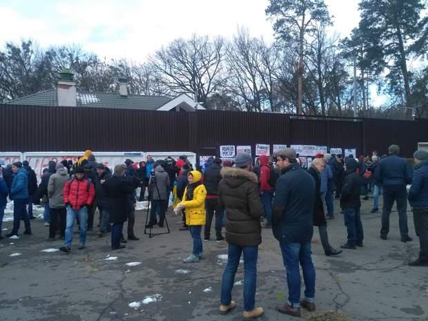 Мітингувальники під будинком Авакова