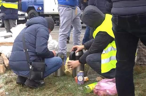 На акції протесту люди розклали намет