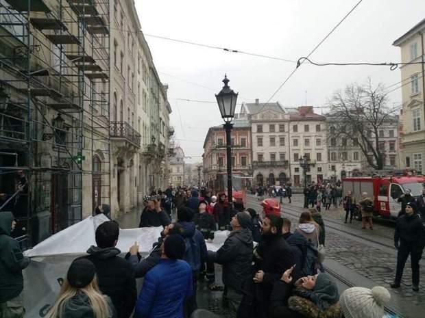У центрі Львова намагалися скоїти самогубство