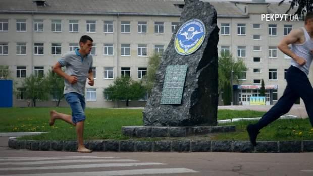 Хлопець біг півтора кілометри босоніж