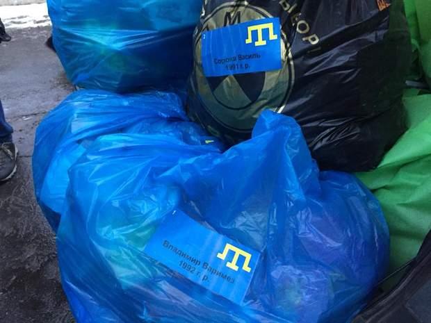 Активісти привезли речі українським морякам