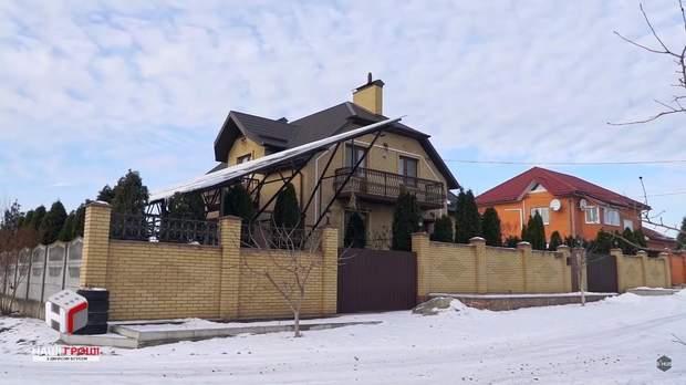Єнін-старший добудовує будинок