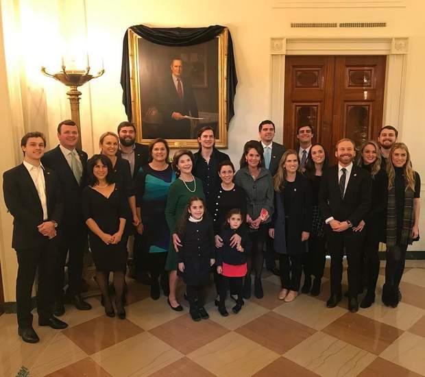 Лора Буш з сім'єю