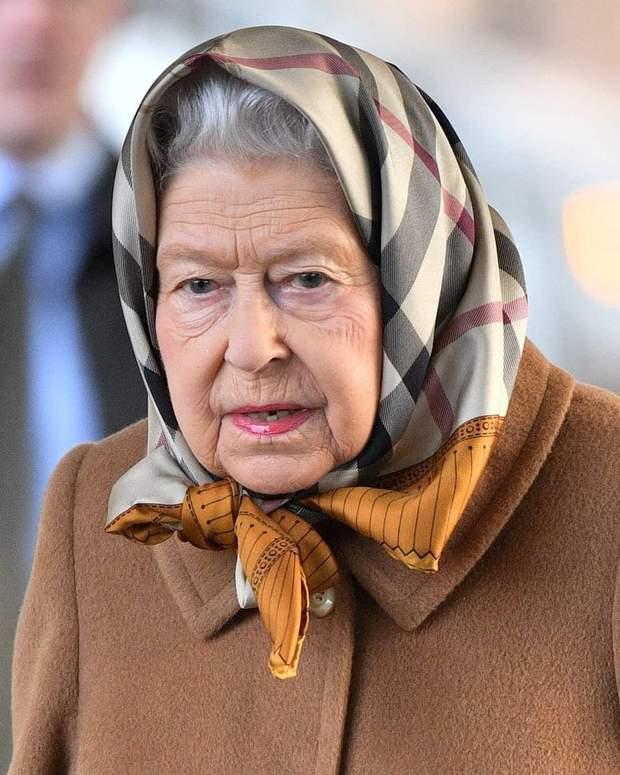 Єлизавета ІІ у хустці від Burberry