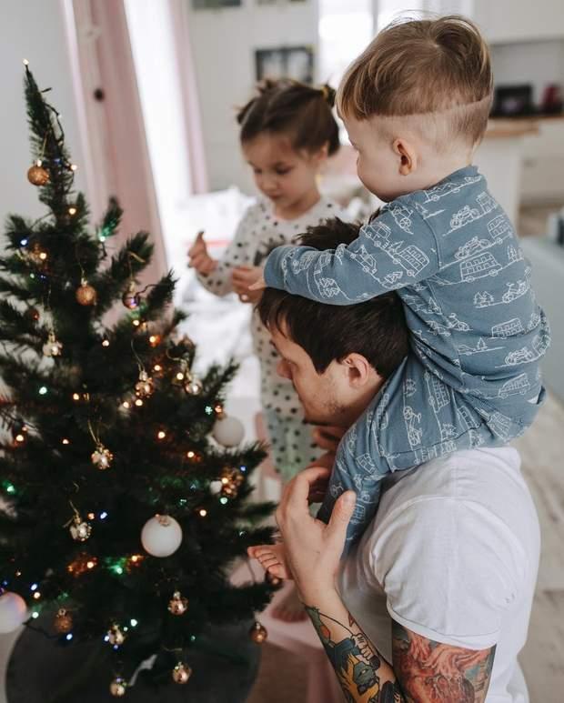 Женя Галич з дітьми прикрасив ялинку