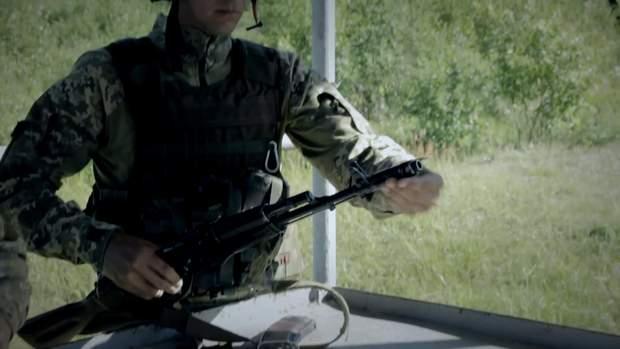 Рекрути вчаться розбирати та збирати зброю