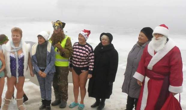 Черкаські пенсіонери купалися у крижаній воді у перший день Нового року