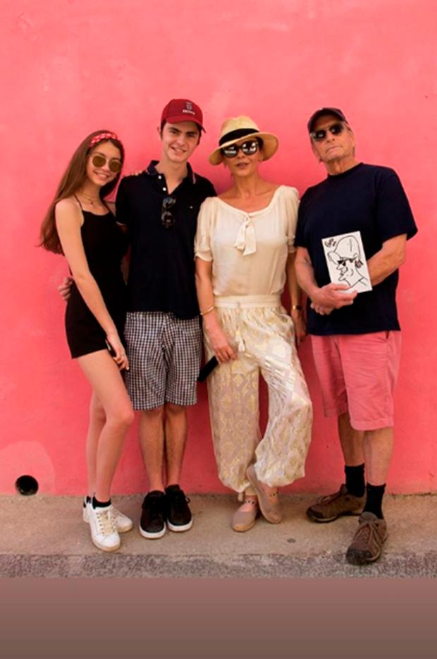 Кетрін Зет-Джонс з чоловіком Майклом Дугласом та дітьми