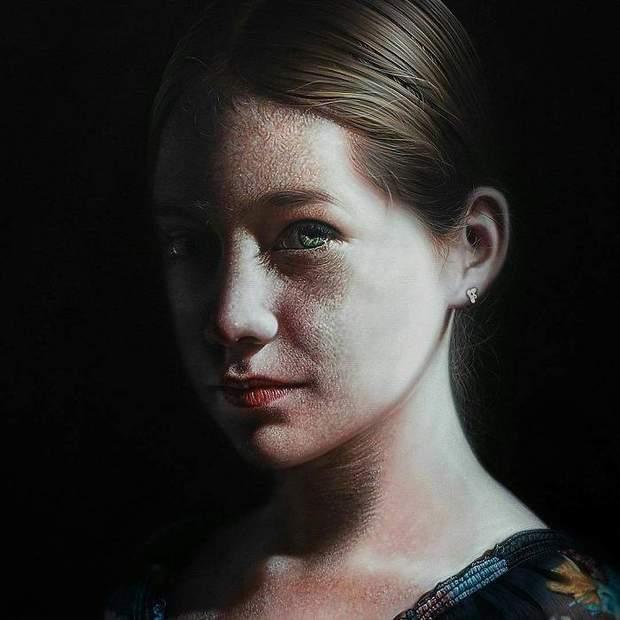 Художник малює акриловими фарбами на полотні