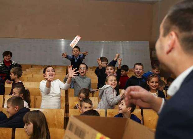 Депутати кидають у дітей подарунками