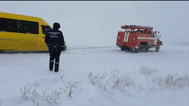 Рятувальни допомагають автівкам вибратися з крижаної пастки