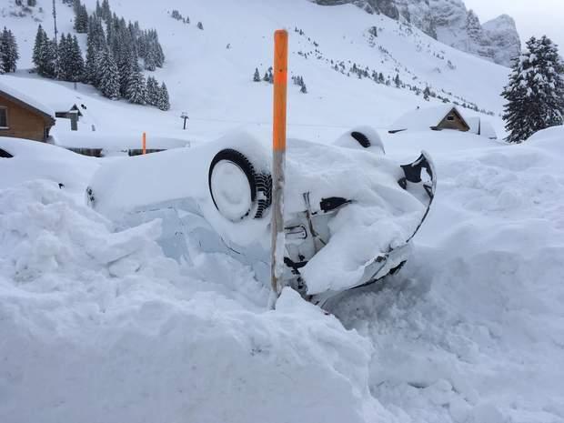 Перевернута автівка поблизу готелю на який обрушилась лавина у Швейцар