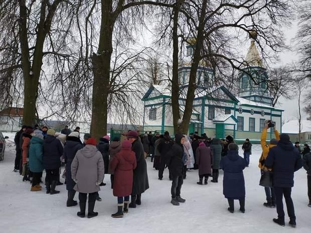 На Житомирщині громада не впустила священиків УПЦ МП до храму