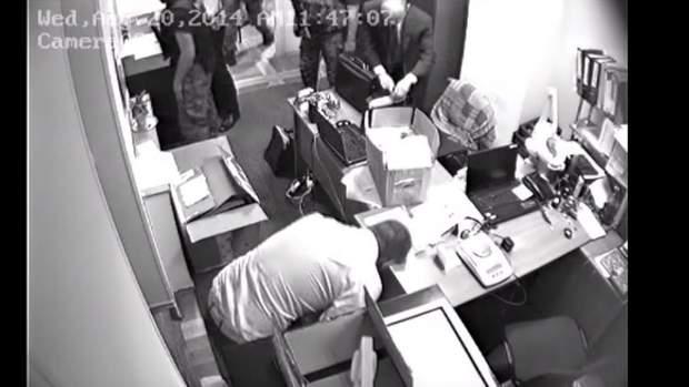 Кадр з відео про пограбування правоохоронцями ювелірки