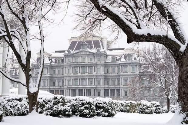 Білий дім в снігу