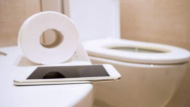 Смартфон в туалеті