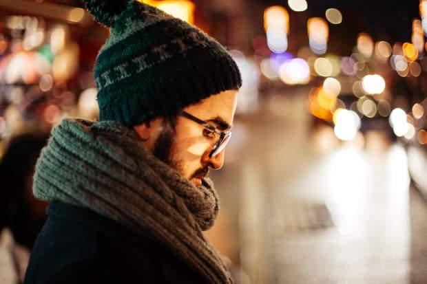 Прищі на обличчі та шиї можуть виникати через брудний шарф