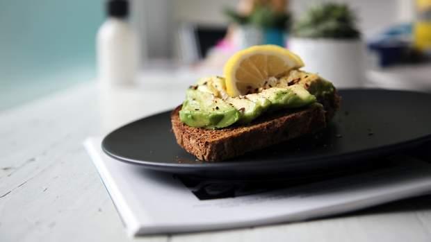 Авокадо є джерелом здорових мононенасичених жирів