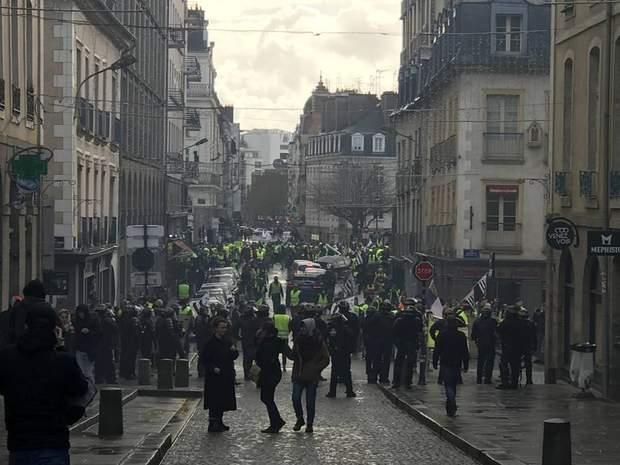 протести у франції жовті жилети макрон