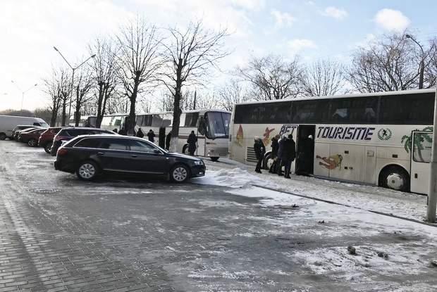 Зафіксували щонайменше 9 автобусів, які привозили і вивозили людей на захід