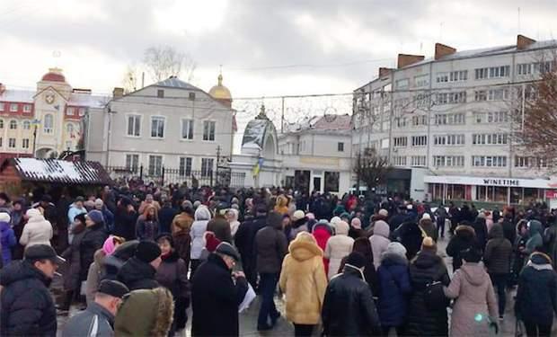 Автобуси підвозили соті волинян до околиць міста, звідки ті йшли до Свято-Троїцького собору