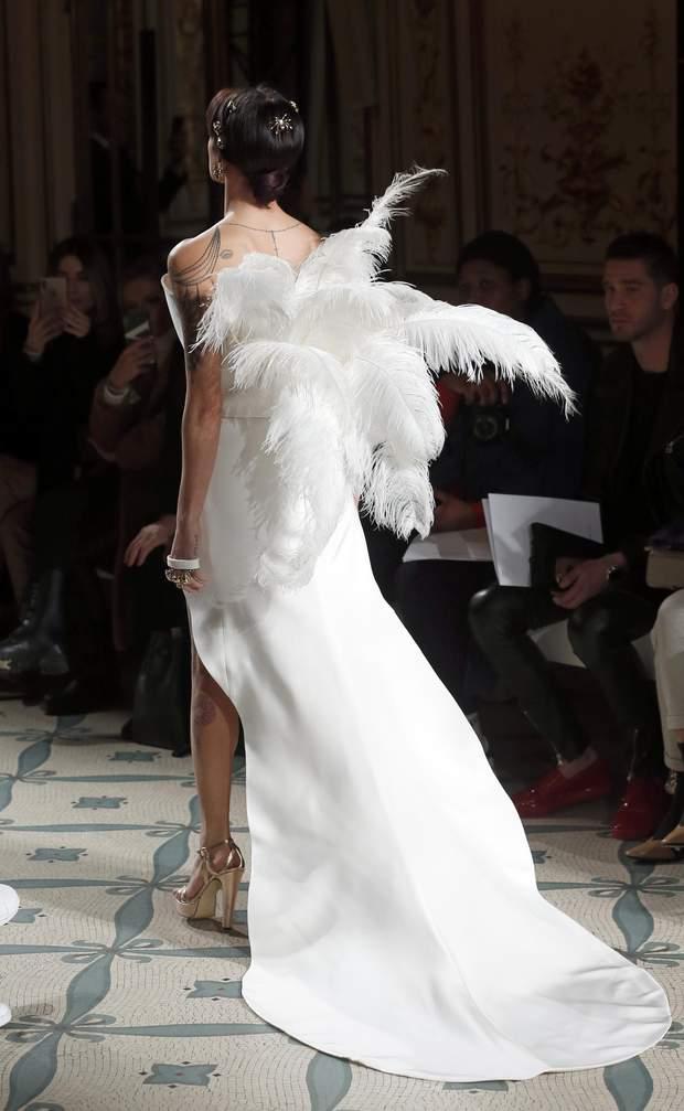 Азія Ардженто в образі ангела на паризькому показі