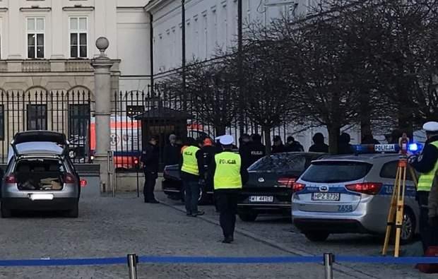 Невідомий врізався у браму президентського палацу