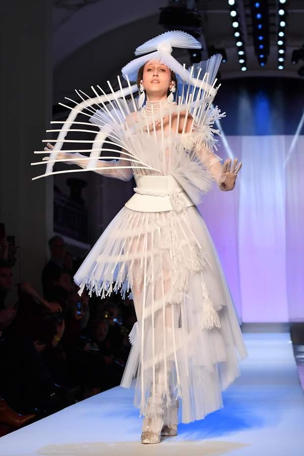 Яскраві моделі на показі Тижня моди у Франції