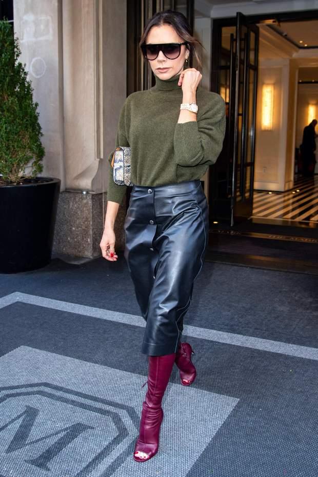 Вікторія Бекхем ікона стилю шкіряна спідниця светр хакі