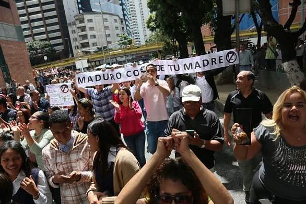 Багато людей протестують проти політики Мадуро